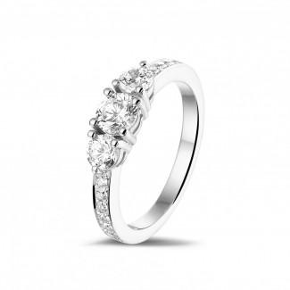 钻石求婚戒指 - 爱情三部曲1.10克拉三钻铂金戒指 - 戒托群镶小钻