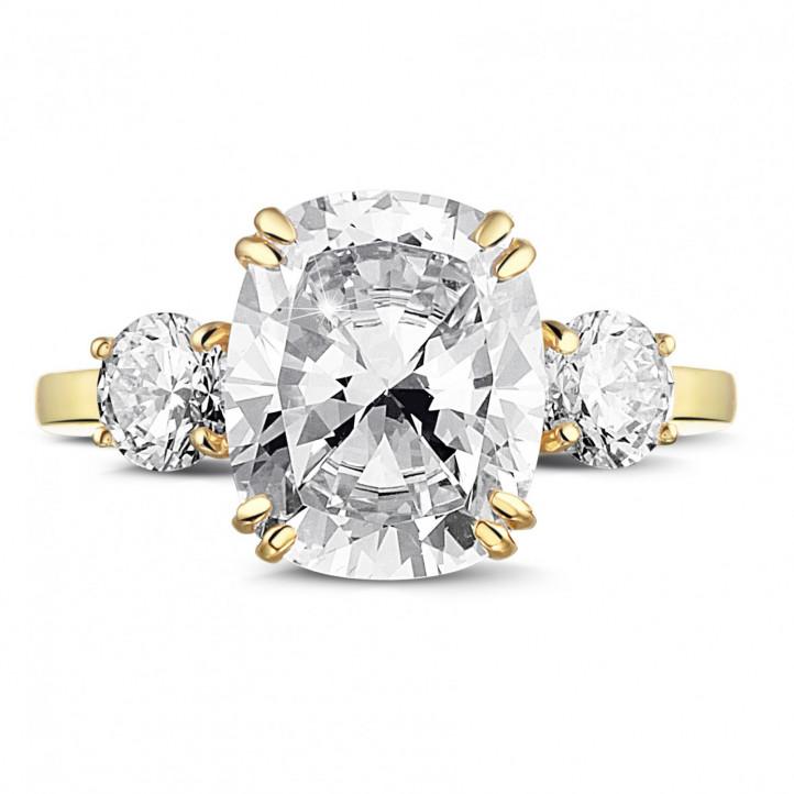 三钻黄金枕形钻石戒指(镶嵌枕形钻石和圆形钻石)