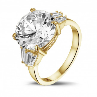 黄金 - 三钻黄金圆钻戒指(镶嵌无色圆钻和尖阶梯形钻石)