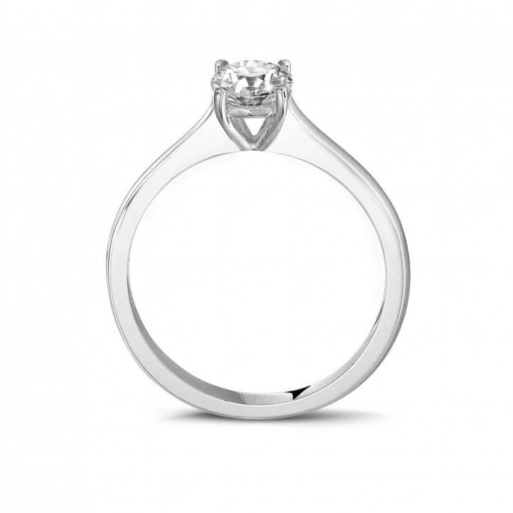 0.50 克拉四爪圆形白金单钻戒指